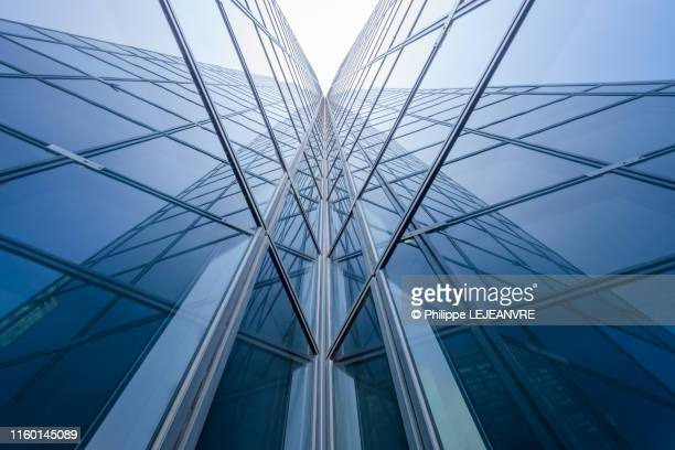 modern glass building mirror reflections - building exterior stock pictures, royalty-free photos & images