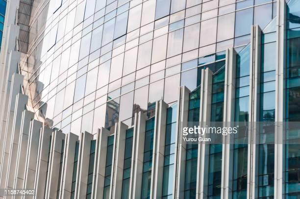 modern glass skyscraper in guangzhou central business district ( cbd). - bens imóveis imagens e fotografias de stock
