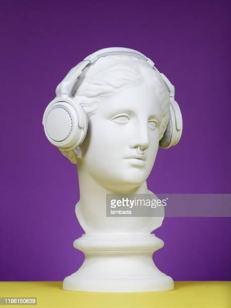 modern greek goddess with headphones - modelo vivo imagens e fotografias de stock