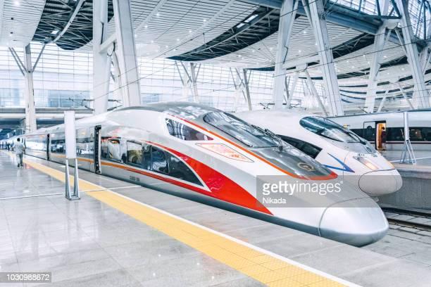 北京、中国での現代の高速列車 - 高速列車 ストックフォトと画像