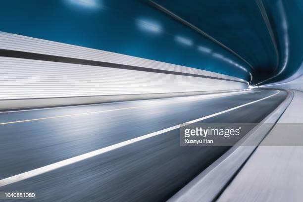 modern highway tunnel underpass - effet de perspective photos et images de collection
