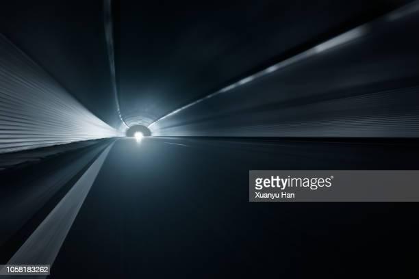 modern highway tunnel underpass - túnel estrutura feita pelo homem - fotografias e filmes do acervo