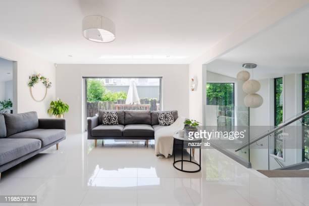 modern interieur. - betegelde vloer stockfoto's en -beelden