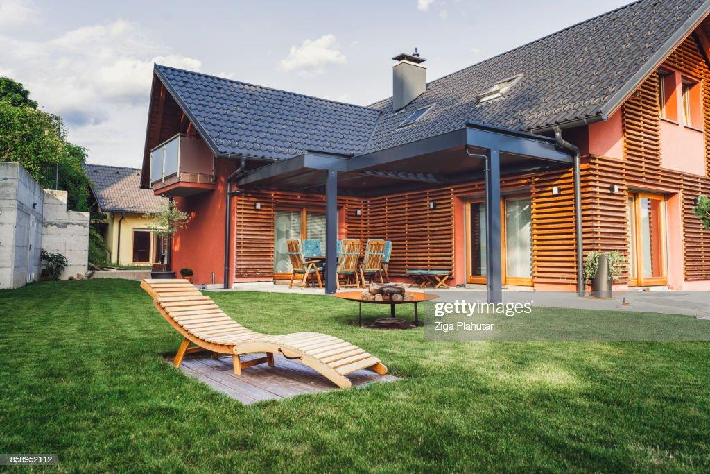 Modernes Haus mit Garten : Stock-Foto
