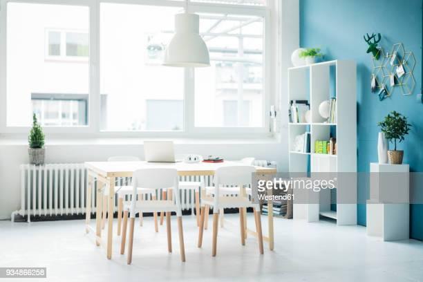 modern homeoffice in a loft - 屋内 ストックフォトと画像