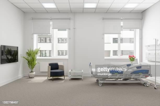 modernes krankenhauszimmer mit leerem bett, sessel und lcd-fernseher - film and television screening stock-fotos und bilder