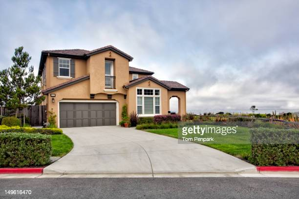 modern house and driveway - house exterior stock pictures, royalty-free photos & images