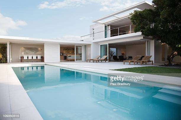 modern house and swimming pool - poolside stock pictures, royalty-free photos & images