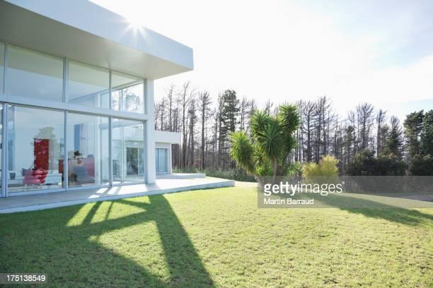 Moderne maison lancer ombre sur une pelouse superbement entretenue