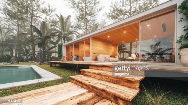 casa moderna en el bosque - chalet veraniego fotografías e imágenes de stock
