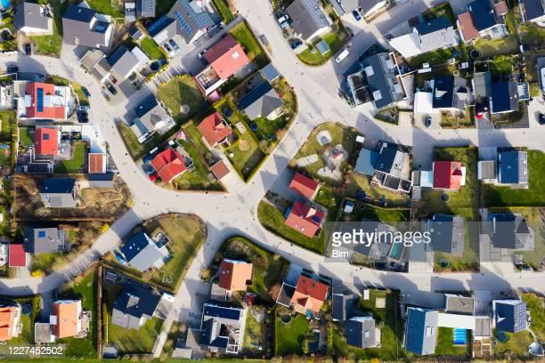 moderne häuser von oben - kleinstadt stock-fotos und bilder