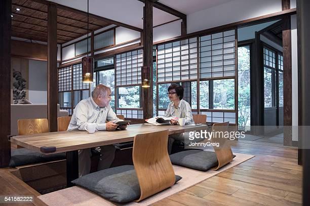 モダンな和風のお部屋、ラウンジでのテーブルのカップル