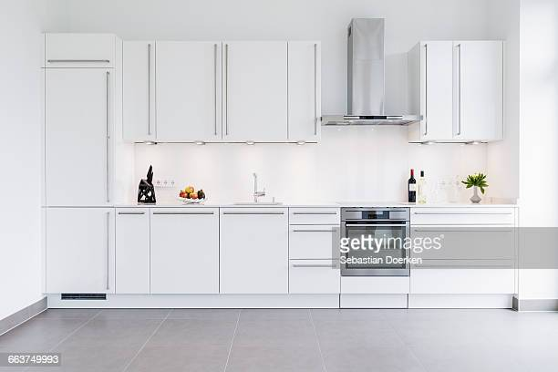 modern kitchen design with white cabinets - keuken stockfoto's en -beelden