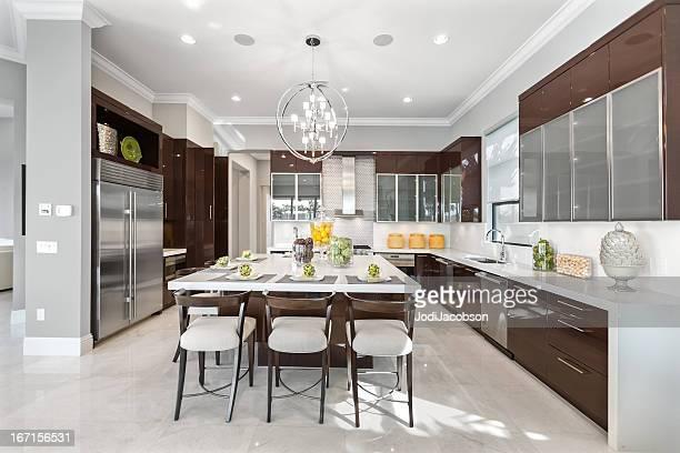 interior de cozinha moderna casa - bancada de cozinha mobília - fotografias e filmes do acervo