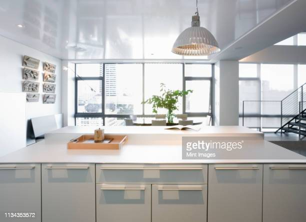 modern kitchen in luxury highrise apartment - pianale da cucina foto e immagini stock
