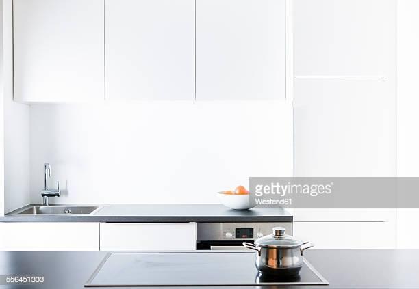 modern kitchen, pot on cooker - privatküche stock-fotos und bilder