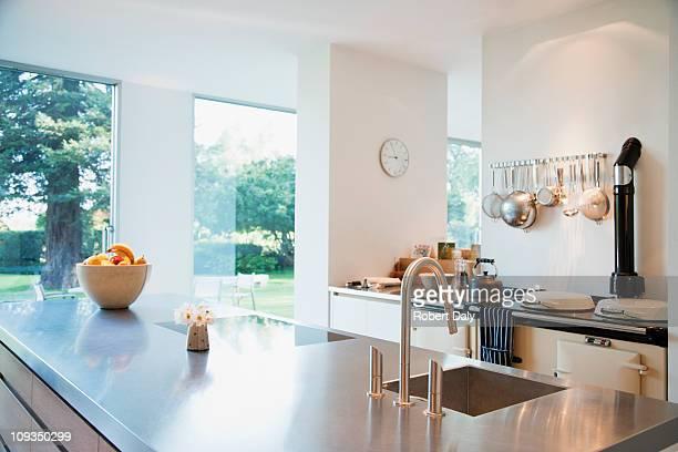 Cozinha moderna com bancadas em aço inoxidável