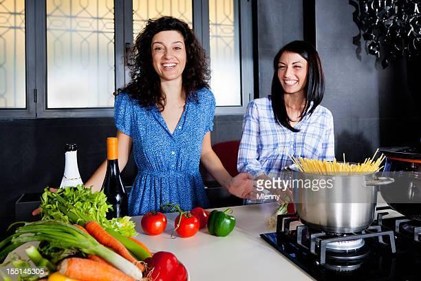 Moderne junge Frauen, die Spaß in der Küche kochen zusammen