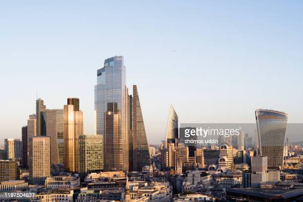 modern london skyline and the financial district - canary wharf stock pictures, royalty-free photos & images