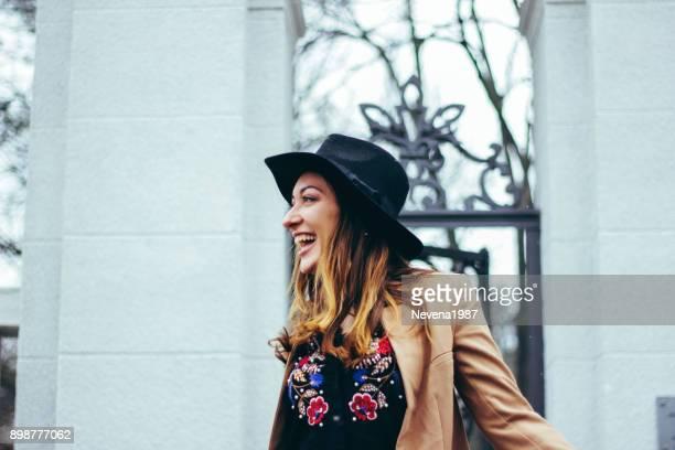 Moderne à la recherche de la jeune fille souriante