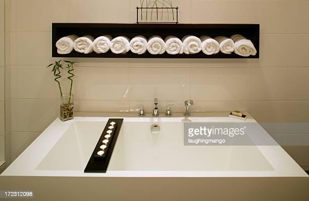o luxo moderno banheiro banheira branca - banheiro estrutura construída - fotografias e filmes do acervo