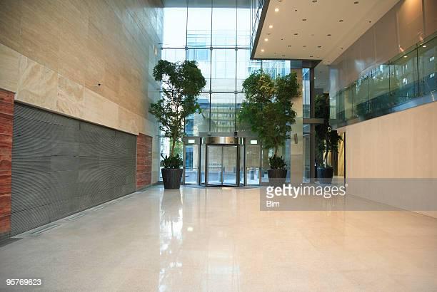 moderne eingangsbereich aus marmor in office building - wohngebäude innenansicht stock-fotos und bilder