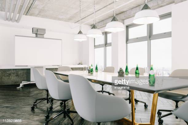 modern meeting room with interactive projection screen - tavolo da conferenza foto e immagini stock