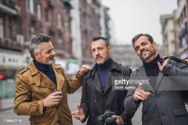 los hombres modernos en la ciudad - masculinidad moderna fotografías e imágenes de stock