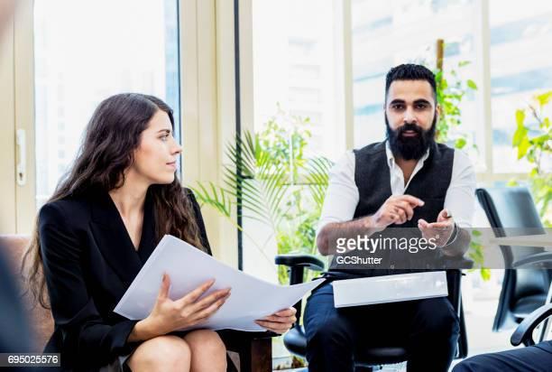 Modernen Nahen Ostens Geschäftsmann führenden treffen