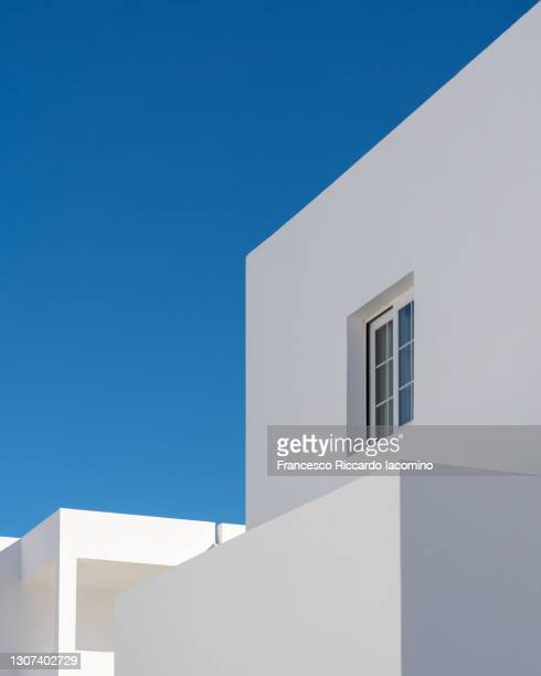 modern minimalism architecture, buildings details with blue sky and white walls - francesco riccardo iacomino spain foto e immagini stock