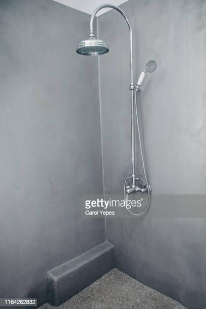modern minimalist grey shower - último cuarto deportes fotografías e imágenes de stock