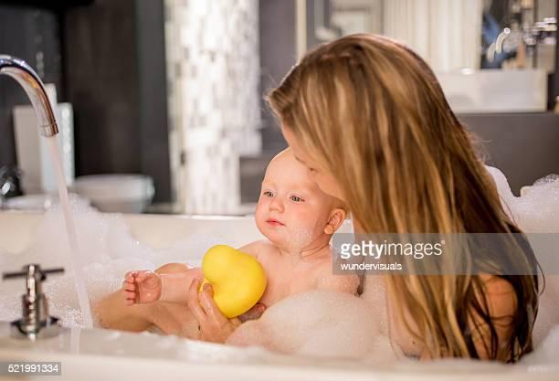 現代のママは、バブルバスにインファント娘
