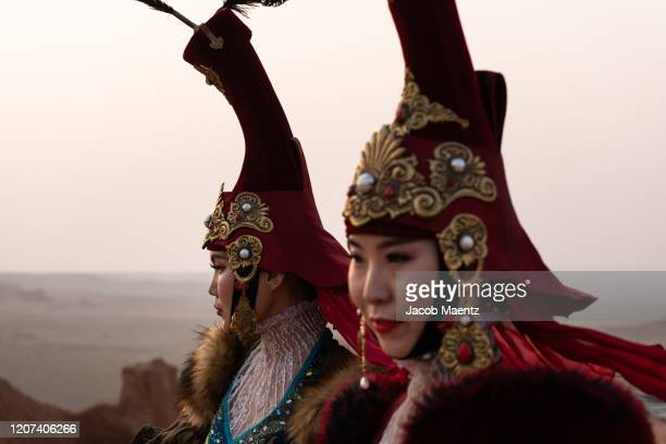 modern mongolian fashion show on the gobi desert - mongolian models stock pictures, royalty-free photos & images