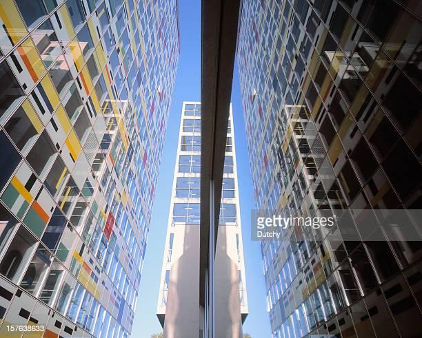 Moderne Bürogebäude und seine Spiegelung.