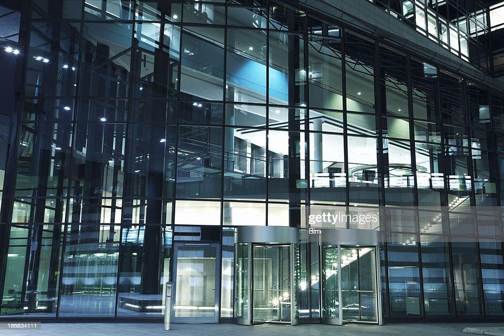 Immeuble de bureaux moderne avec portes à tambour de lentrée de nuit
