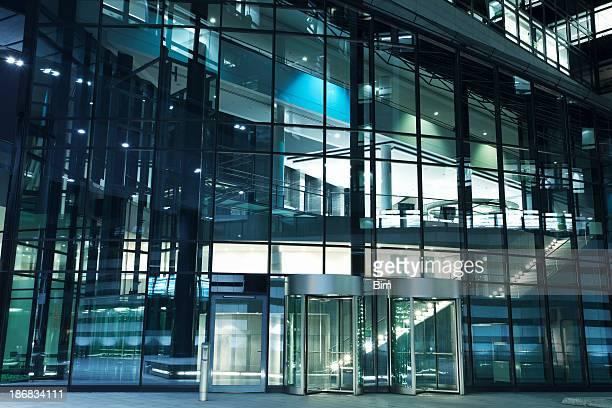 Immeuble de bureaux moderne avec portes à tambour de l'entrée, de nuit