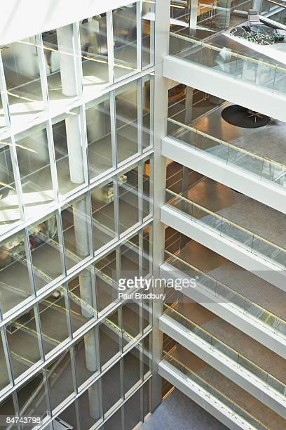 近代的なオフィスビルの外観