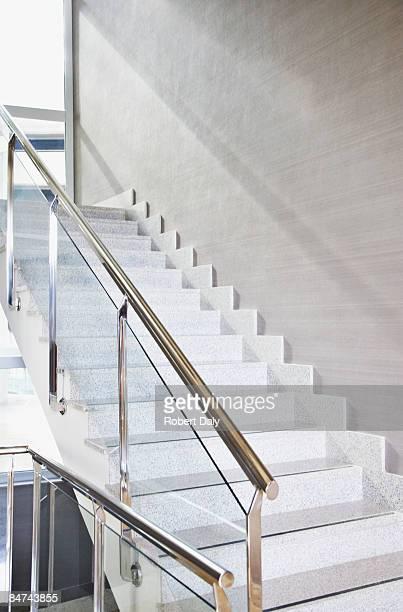 moderne bürogebäude treppe - geländer stock-fotos und bilder