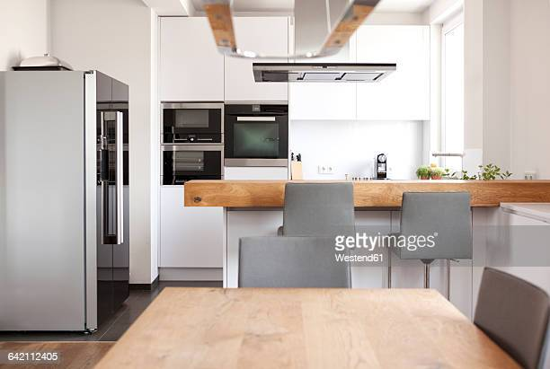 modern open plan kitchen - esstisch stock-fotos und bilder