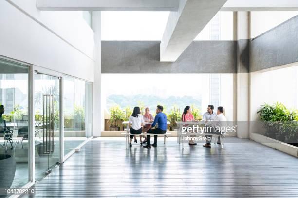 moderne open-plan kantoorruimte met mensen uit het bedrijfsleven - eenvoud stockfoto's en -beelden