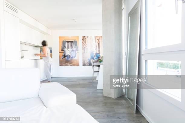 modern open space living room and kitchen - hell beleuchtet stock-fotos und bilder
