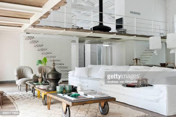 modern open-plan apartment in umbria, italy - mezzanine photos et images de collection