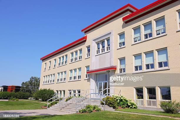 Moderne Schulgebäude im Sommer