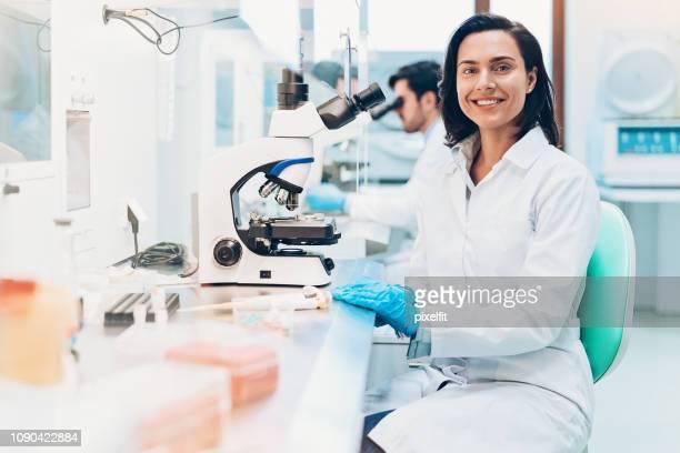 modern science - laboratório imagens e fotografias de stock