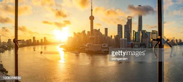 skyline de shanghai moderna - rio huangpu - fotografias e filmes do acervo
