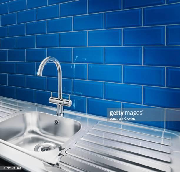 modern shiny stainless steel kitchen sink - 水周り ストックフォトと画像
