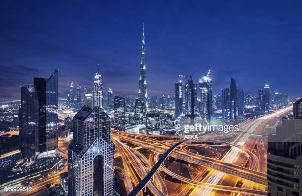 modernos rascacielos en la ciudad de dubai, dubai, emiratos árabes unidos - dubái fotografías e imágenes de stock