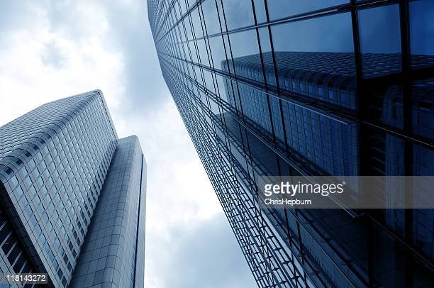 modern skyscrapers - frankfurt main tower stock pictures, royalty-free photos & images