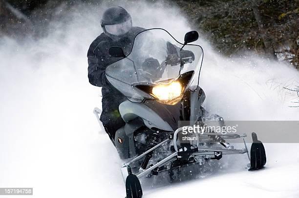 moderno de snowmobile - snowmobiling - fotografias e filmes do acervo