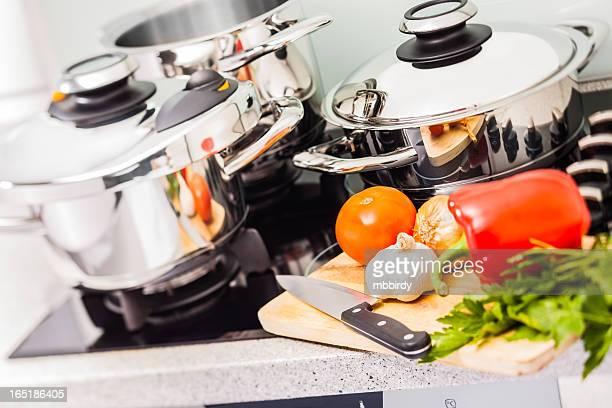 modern edelstahl töpfe. - küchenbedarf stock-fotos und bilder